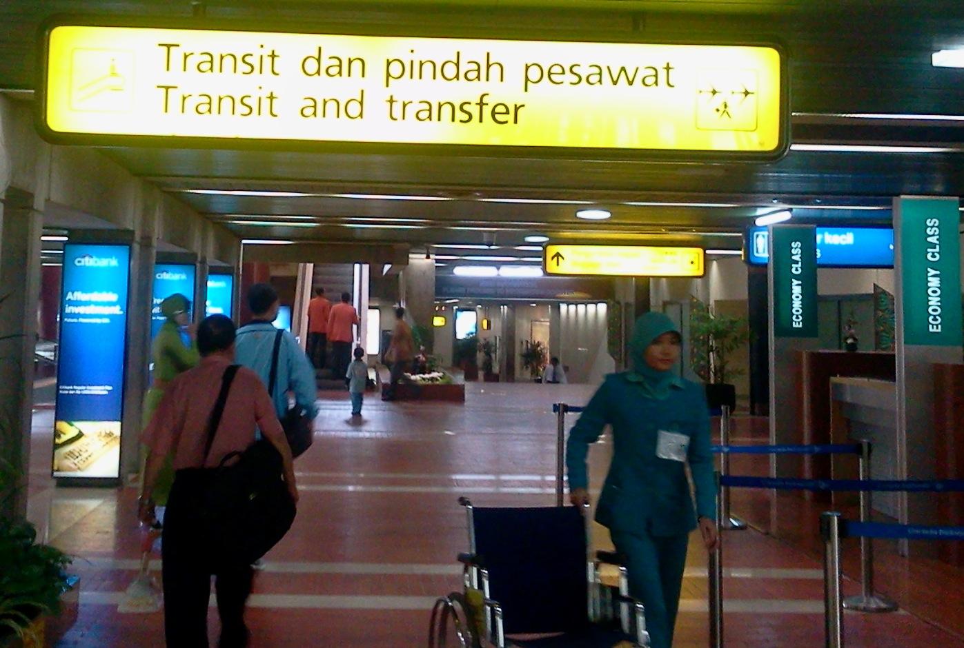 2011-08-06_Tanda_transit_dan_pemberitahuan_pindah_pesawat_di_bandara_soetta.jpg